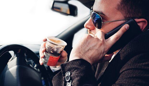Im Stand ist das Handy am Ohr erlaubt – wenn auch der Motor ausgeschaltet ist