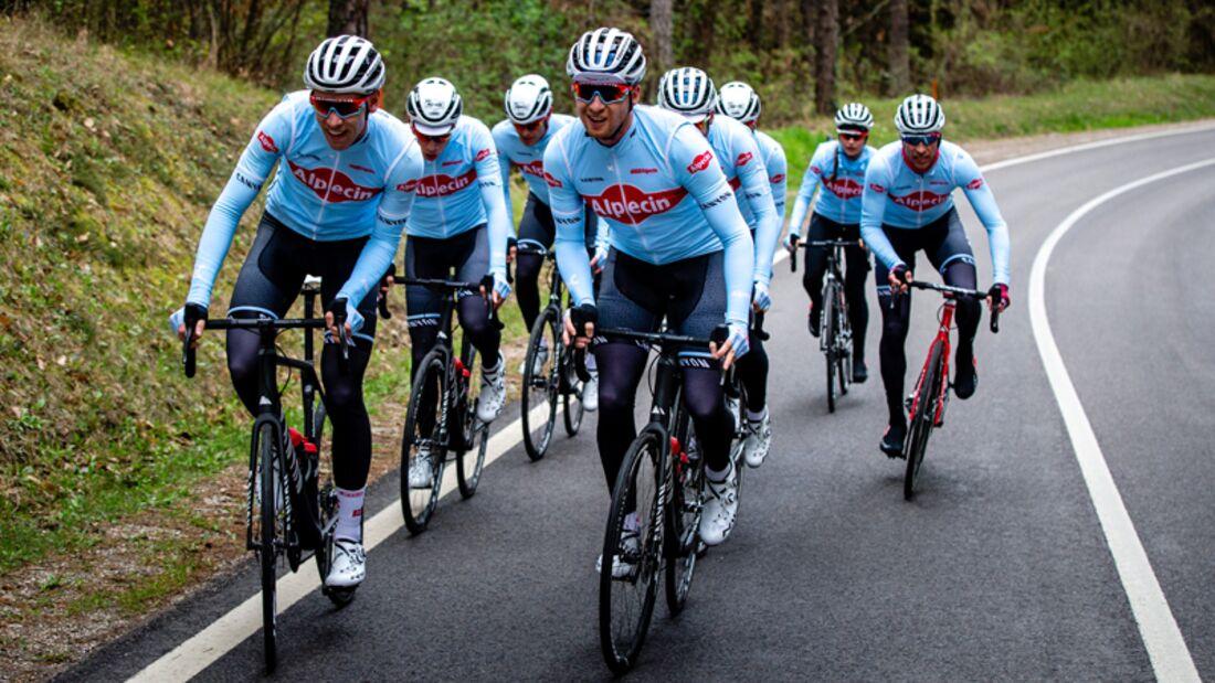 Im Wiegetritt kommen Sie mit dem Rennrad besser bergauf