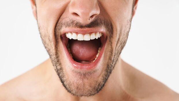 Im besten Fall verursacht Zungenbelag nur Mundgeruch, es könnte aber auch ein Anzeichen für eine Krankheit dahinter stecken