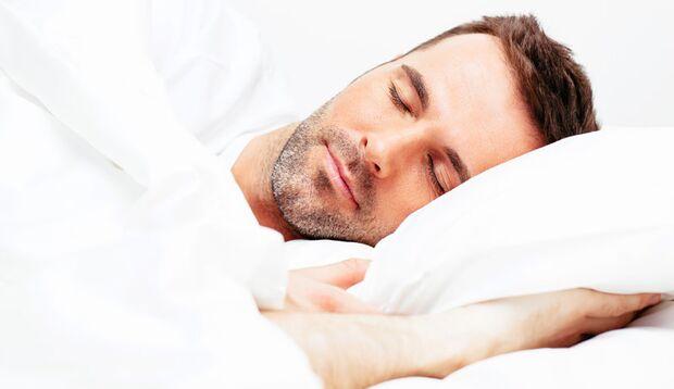 Im kühlen, dunklen Schlafzimmer schwitzt man seltener im Schlaf