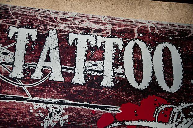 Immer mehr Männer lassen Tattoo Sprüche tätowieren