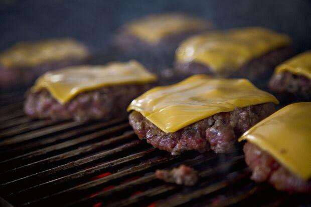 In den Burger-Patty gehören nur Rinderhacklfleisch, Salz und Pfeffer