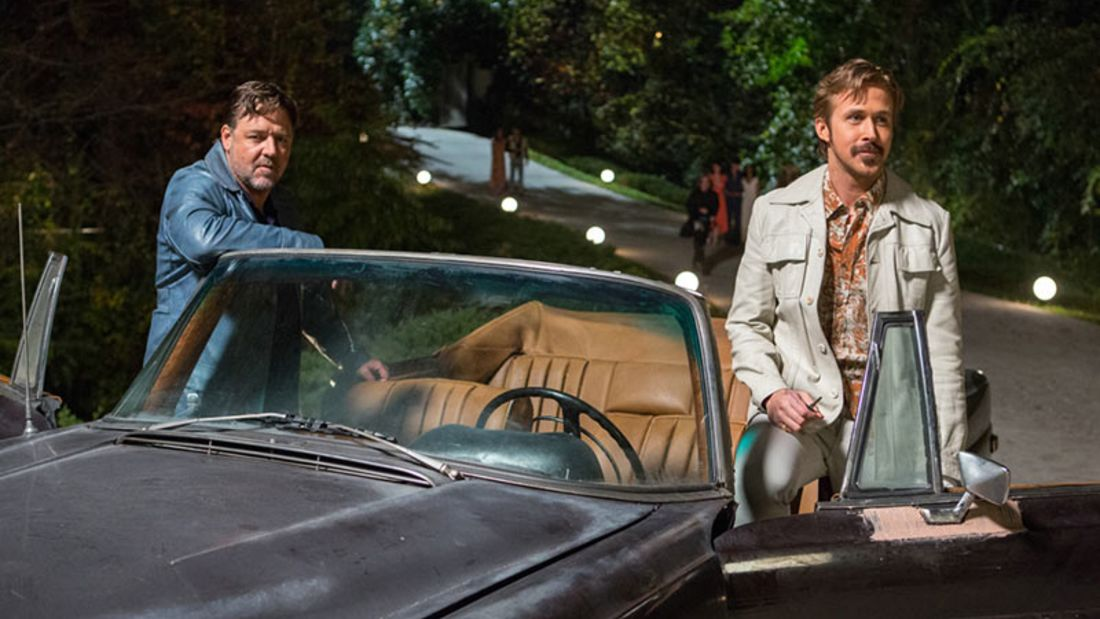 """In der durchgeknallten Buddy-Komödie """"The Nice Guys"""" ermitteln Russell Crowe und Ryan Gosling als trottelige Schnüffler in der Pornobranche der 70er"""