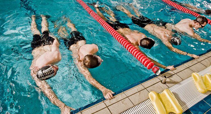 In der vierten Folge unserer Schwimmschule erklärt unser Coach Ihnen, wie Sie beim Kraulschwimmen die Arme effizient durchs Wasser ziehen