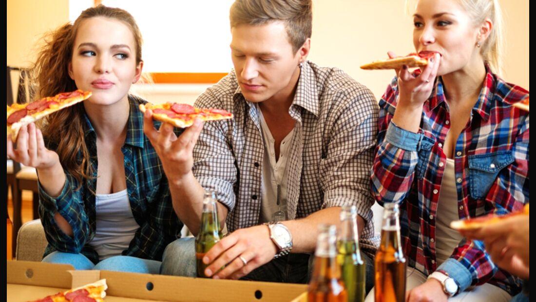 In gemütlicher Runde isst man häufig mehr. Das ist natürlich kein Grund, einsam zu speisen, achten Sie einfach stärker auf Ihr Ess-Tempo
