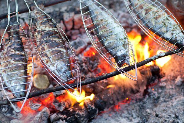 In speziellen Fischzangen grillt sich der Fisch fast von allein