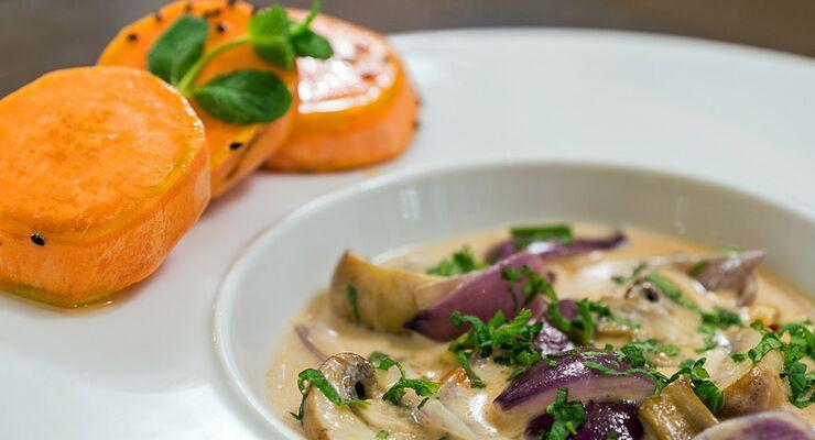 Indisches Curry von Champignons und Süßkartoffeln, garniert mit Minze – in unserer 4-teiligen Serie finden Sie das wirkungsvollste Werkzeug, um Ihren Körper in Form zu bringen. Im zweiten Teil sind dies Tomaten, Champignons, Fenchel und Fisch.