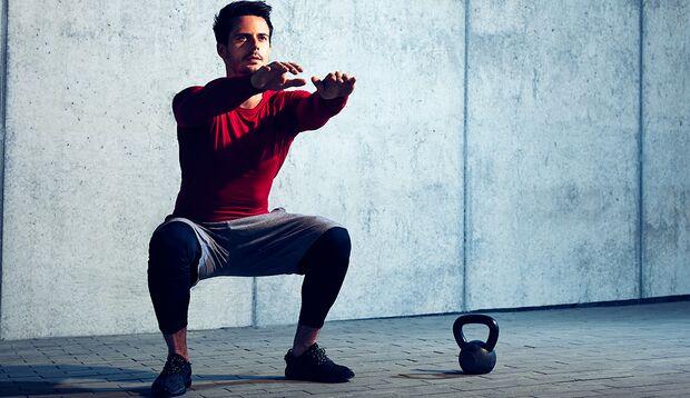 Isometrische Übung: Die Hockstellung trainiert die Beinmuskulatur und dehnt die hintere Muskelkette