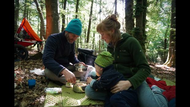 Jana und Patrick Heck beim Frühstücken im Wald