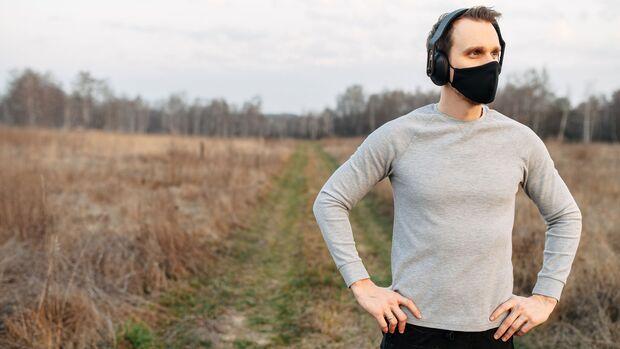 Joggen mit Mund-Nasen-Schutz schützt andere für den Fall, dass du unwissentlich mit dem Covid-19-Virus infiziert bist