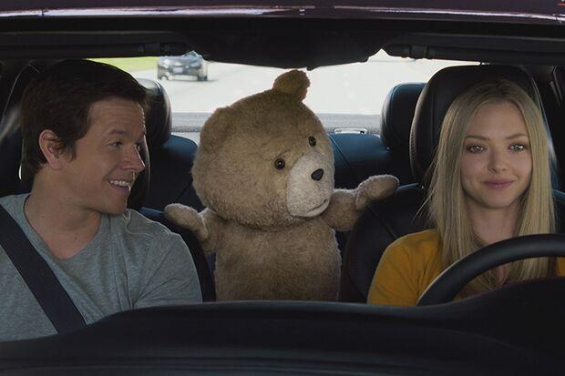 John (Mark Wahlberg) und Anwältin Sam (Amanda Seyfried) wollen erreichen, dass Ted endlich als Mensch anerkannt wird