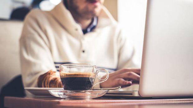 Kaffee kann nicht nur Zahnbelag, sondern auch eine schwarze Verfärbung der Zunge verursachen.