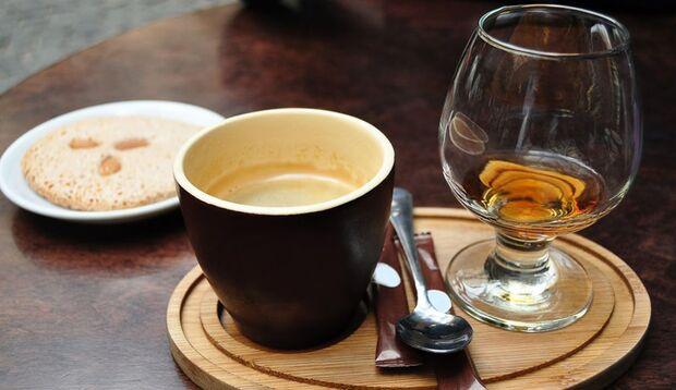 Kaffee und Alkohol können zu Muskelzuckungen führen
