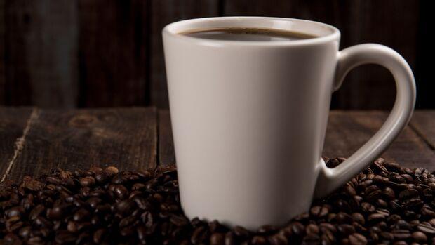 Kaffee verfärbt die Zähne