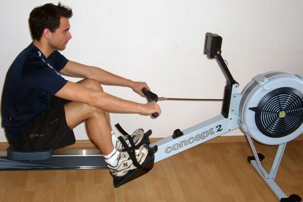 Kandidat Andreas Dürr beim Training auf dem Indoor-Rower