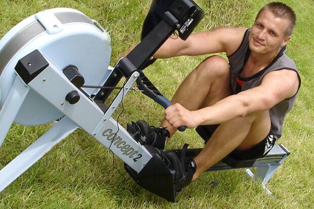 Kandidat Igor Teske auf seinem Indoor-Rower