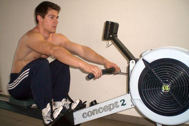 Kandidat Markus Pley beim Training auf dem Indoor-Rower