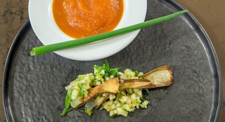 Karotten-Ingwer-Süppchen mit mariniertem Harzer Käse und Birne: In unserer 4-teiligen Serie finden Sie das wirkungsvollste Werkzeug, um Ihren Körper in Form zu bringen. Im vierten Teil sind das die Powerfoods Ei, Magerquark, Huhn und Harzer Käse