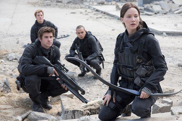 Katness (Jennifer Lawrence), Gale (Liam Hemsworth) und ihr Team wollen Präsident Snow erledigen