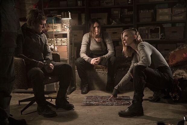 Katness (Jennifer Lawrence) soll u.a. mit dem traumatisierten Peeta (Josh Hutcherson, links) Propaganda-Videos drehen