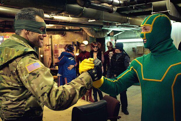 Kick Ass (Aaron Taylor-Johnson) tut sich mit Colonel Stars and Stripes (Jim Carrey) zusammen