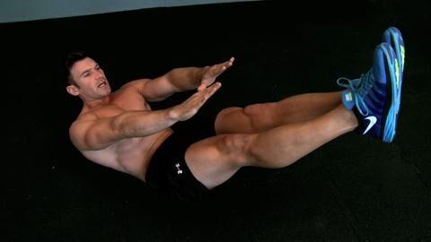Klappmesser-Crunches stärken Oberschenkel- und Gesäßmuskeln. Wie oft beugen Sie mit 20 Kilo?