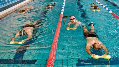 Klassische Beinschlag-Übung: die Arme vorn ans Brett und nur die Beine bewegen