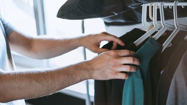 Kleiderschrank aufräumen / Kleiderspende