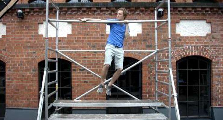 Klimmzüge am Klettergerüst und Dips auf der Parkbank – die ganze Stadt wird zum Fitness-Studio. 8 Kollegen haben den Trend Street-Workout getestet. App-Autor Philip Metzner zeigt Archer-Pull-Ups im Video