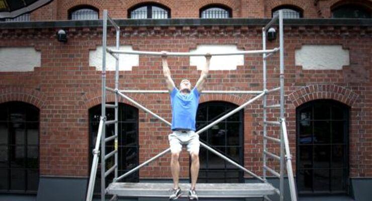 Klimmzüge am Klettergerüst und Dips auf der Parkbank – die ganze Stadt wird zum Fitness-Studio. 8 Kollegen haben den Trend Street-Workout getestet. Fitness-Redakteur Nico Reiher zeigt Muscle-Ups im Video