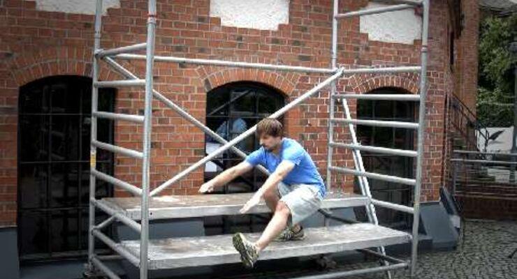 Klimmzüge am Klettergerüst und Dips auf der Parkbank – die ganze Stadt wird zum Fitness-Studio. 8 Kollegen haben den Trend Street-Workout getestet. Projekt-Manager Jens Rebke zeigt Pistol-Squats im Video
