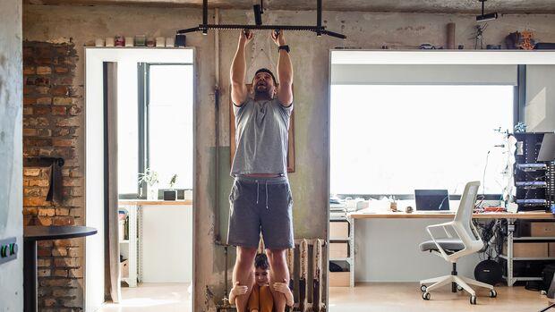Klimmzüge gehören zu den besten Übungen, sie trainieren bis zu fünf verschiedene Muskelgrup