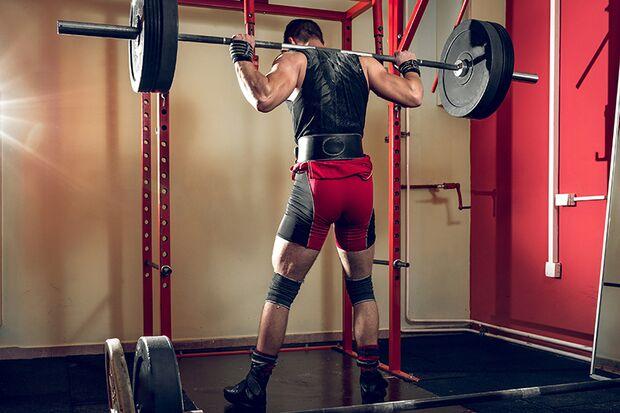 Kneifen Sie das Gesäß bei der Hüftstreckung fest zusammen – das sorgt für bis zu 12 % mehr Muskelaktivität.