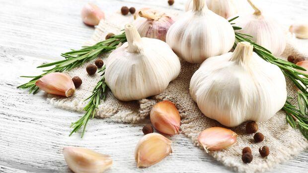 Knoblauch schmeckt intensiv und verleiht vielen Gerichten einen aromatischen Geschmack