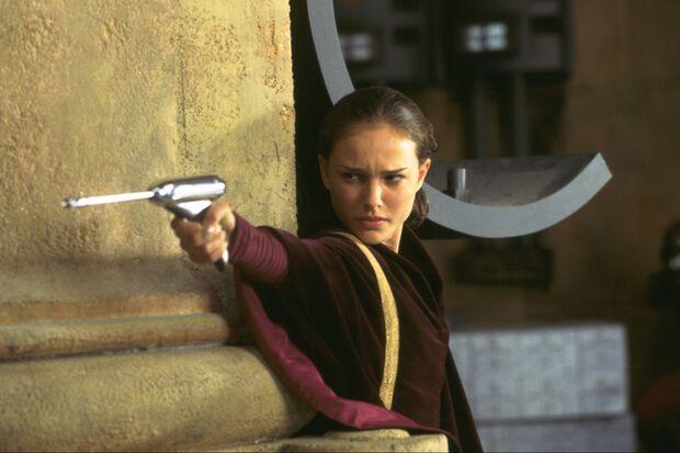 Königin Amidala (Natalie Portman) muss von ihrem Planeten Naboo fliehen