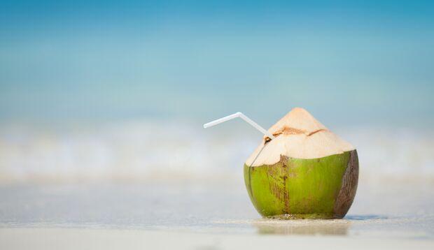 Kokosnuss am Strand genießen