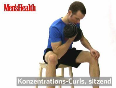Konzentrations-Curls: Mit rechts die Kurzhantel greifen, breitbeinig auf den Hocker setzen, Oberkörper vorbeugen. Rechten Arm hängen lassen, Ellenbogen gegen die rechte Oberschenkel-Innenseite drücken.<br /> Hantel bis auf Schulterhöhe heben, senken.