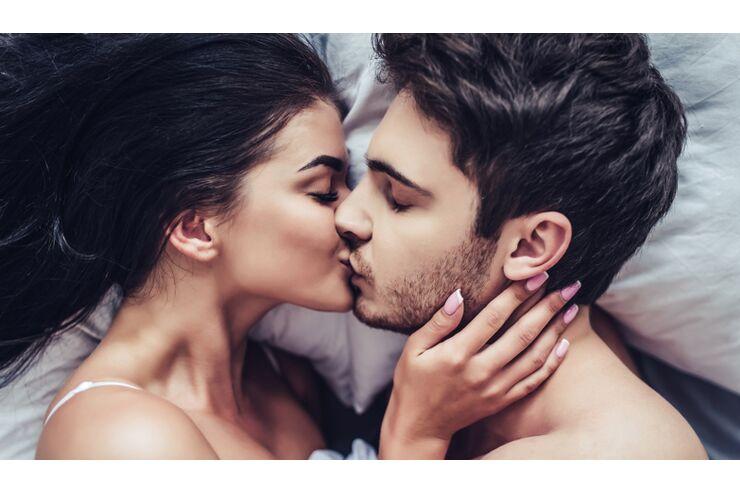 Jungs küssen sich im bett