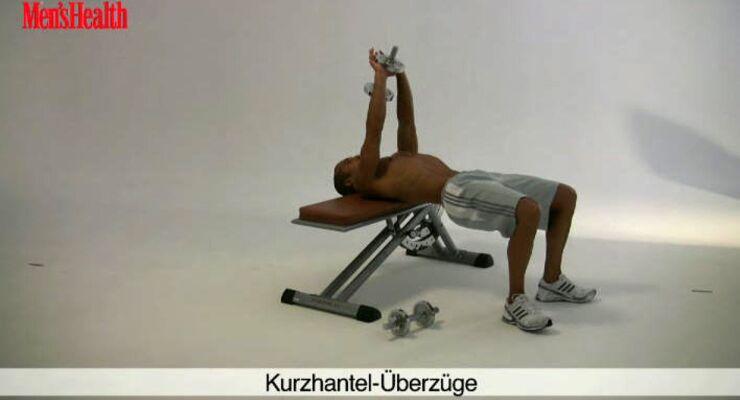 Kurzhantel-Überzüge trainieren die komplette Bauchmuskulatur.<br /> 1 Satz, jeweils 8 bis 10 Wiederholungen, dann ohne Pause 1 Reduktionssatz mit 4 bis 5 Wiederholungen anschließen