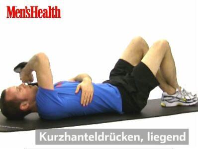 Kurzhanteldrücken: Auf den Rücken, die Beine beugen, Füße überkreuzen. Gewicht mit dem rechten Arm halten, Oberarm senkrecht. Hantel zur linken Schulter, mit links Brustkorb umfassen.<br /> <br /> 2 Sätze pro Arm, je 12–15 Wiederholungen