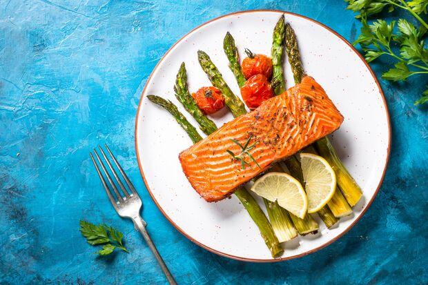 Lachs auf Gemüse ist eine leckere Low-Carb-Mahlzeit