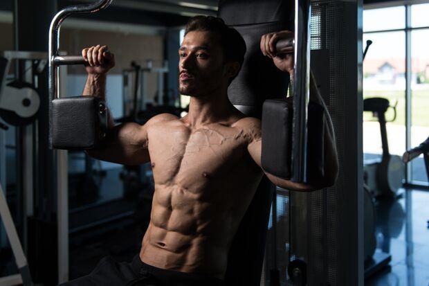 Lange Hebel die auf kurze Muskeln treffen – wie beim Training am Butterfly-Gerät – wirken bei Männern mit Trichterbrust alles andere als beflügelnd