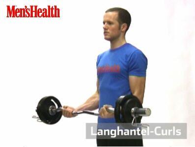 Langhantel-Curls: Stange etwas weiter als schulterbreit greifen und mit gestreckten Armen vorm Körper halten.<br /> Die Arme beugen und das Gewicht Richtung Kinn führen. Am höchsten Punkt kurz halten, wieder senken. Ellenbogen nah am Körper lassen.