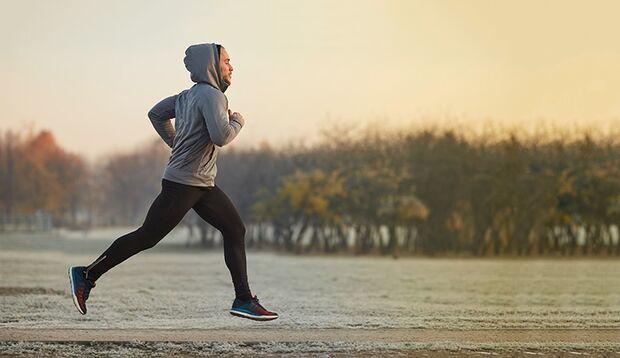 Laufen auf Schnee oder Matsch kräftigt die Fuß- und Wadenmuskulatur