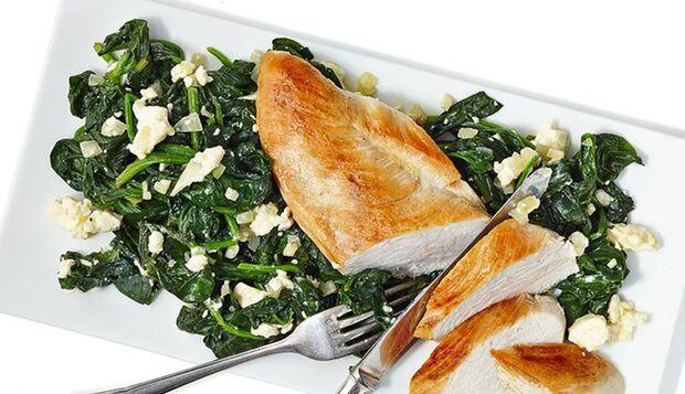 Lecker und gesund: Huhn auf Spinat-Bett