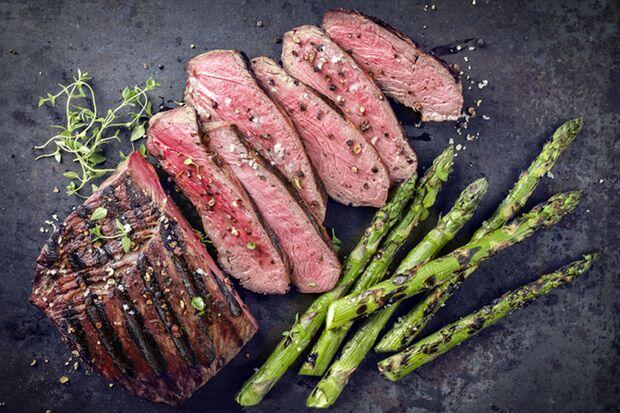 Lecker und sogar Low carb: Spargel mit Steak