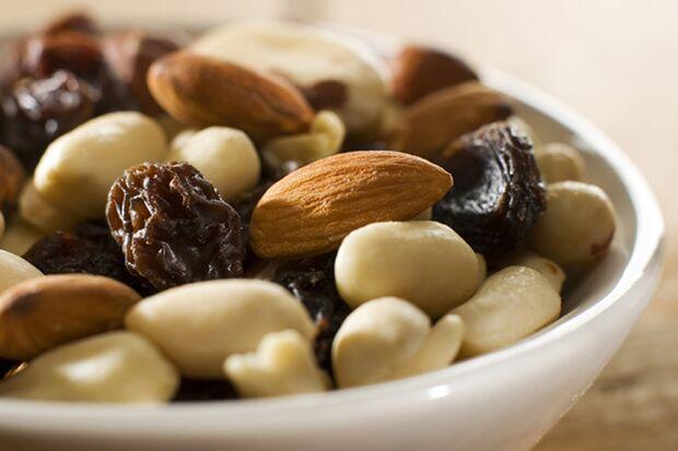 Legen Sie sich kalorienarme Lebensmittel zu, wie Nüsse