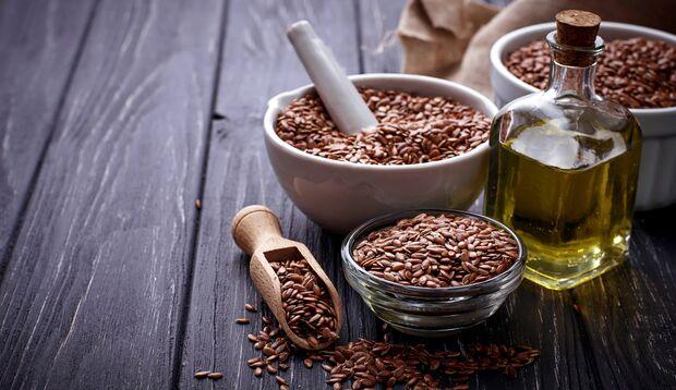 Leinsamen und Leinöl enthalten viele ungesättigte Fettsäuren