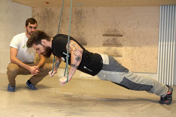 Liegestütze in der frei schwingenden Aufhängung fordern vor allem die Bauchmuskeln und den unteren Rücken