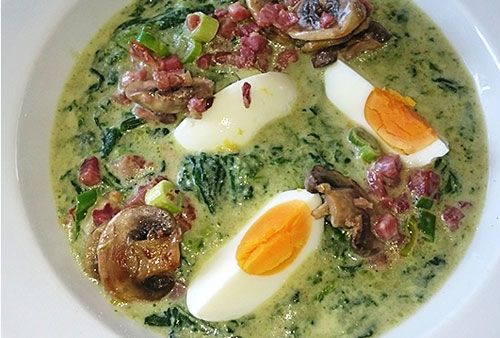 Low Carb: Spinatsuppe mit Bacon und Ei
